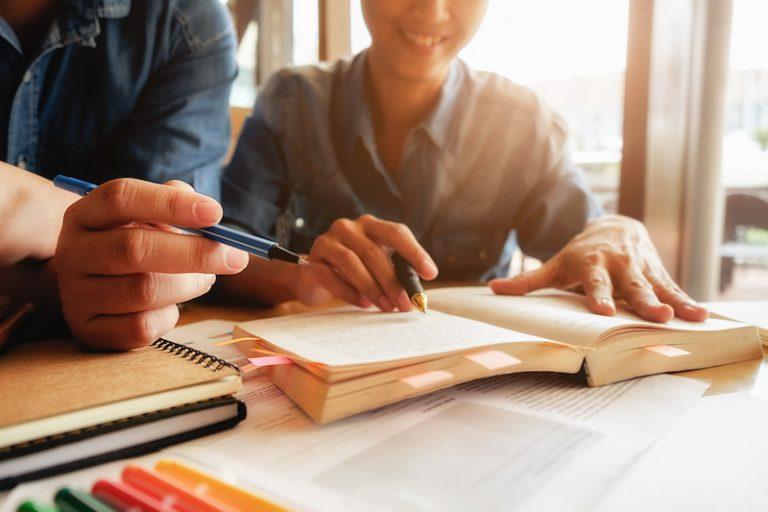 As vantagens de escrever à mão para aprender outro idioma